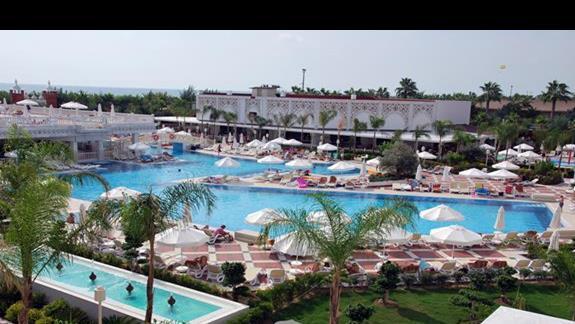 Kompleks basenów hotelowych w Royal Taj Mahal