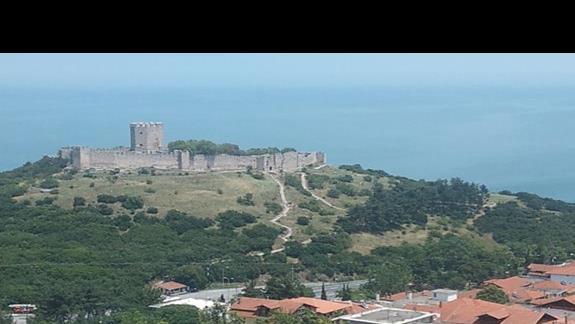 widok na bizantyjski zamek w drodze do wioski Paleos Panteleimonas...
