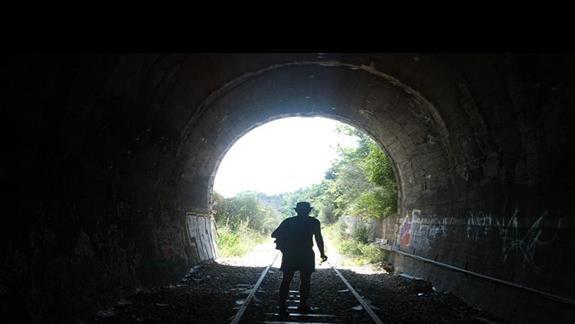 nieczynna linia kolejowa biegnąca pod wzgórzem zamkowym i wybrzeżem...