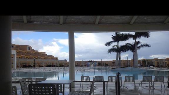 widok z baru basenowego