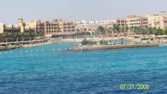 widok na hotel ze statku na morzu