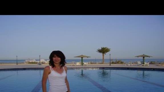 Wczasowiczka nad basenem