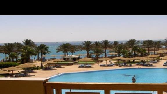 widok z pokoju na basen i morze