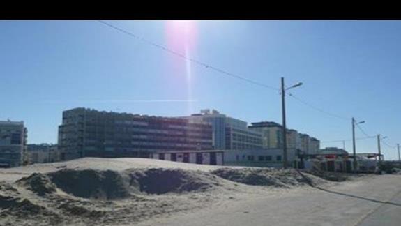 Widok sprzed plazy na hotel