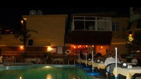 Ozcan - basen, wieczór