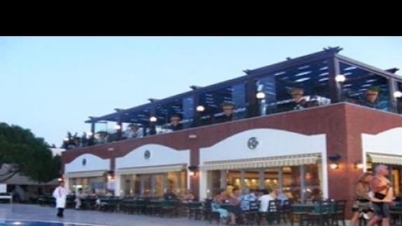 Na dole restauracja na górze bar