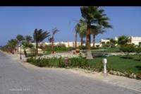 Hotel Coral Beach - droga na plaze obok budynków i ogrodu