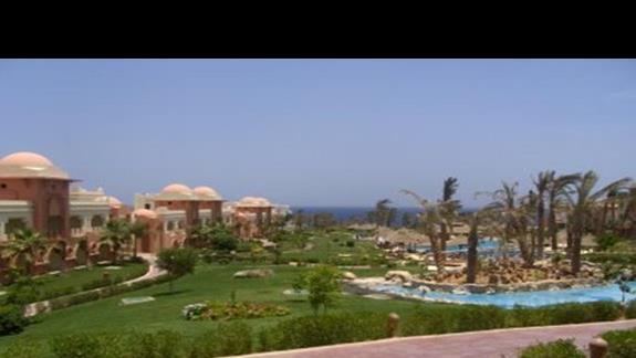 widok na hotel, ogród i baseny