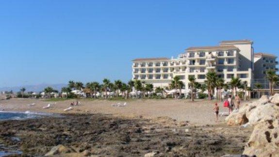 Widok na hotel od strony morza
