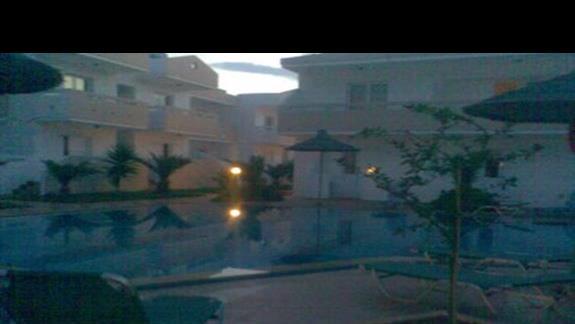 Wieczór nad basenem