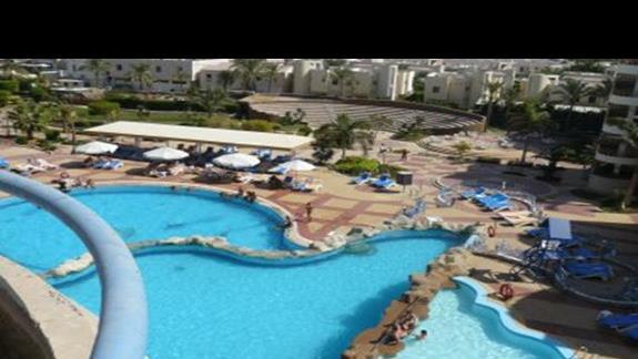 widok na baseny hotelowe