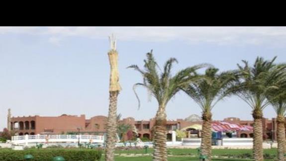 Pietrowe budynki hotelowe z basenem