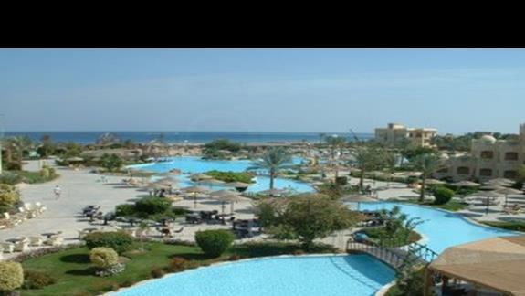 Widok z Hotelu na baseny, plaze i morze