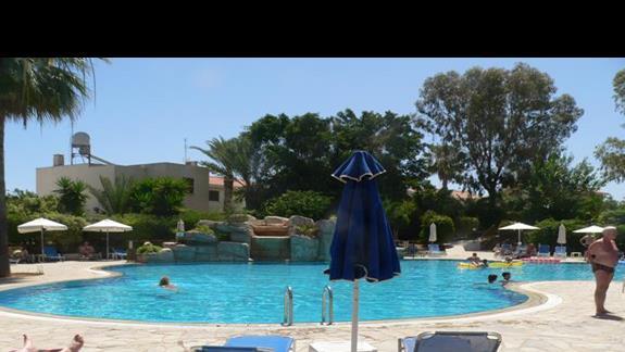 Widok na basen hotelowy.