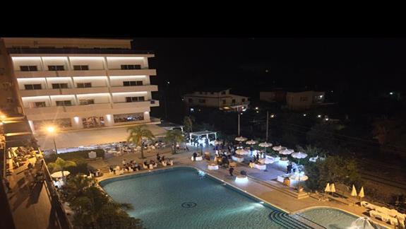 widok na hotelowy basen