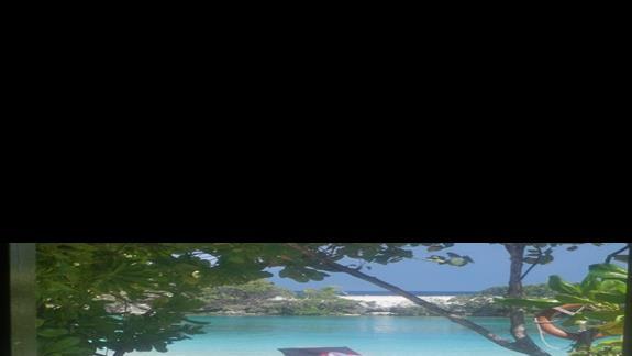 Widok na plażę i lagunę z naszego tarasu. Właśnie pijemy kawę, dlatego nas  nie ma na leżakach.