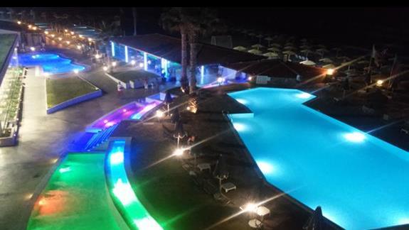 oswietlone baseny noca