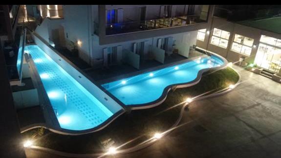 mini baseny przy jednym z budynków