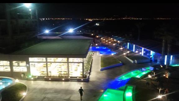 oswietlone baseny, bar i restauracja