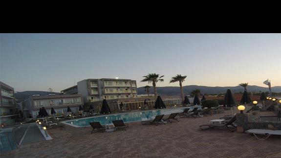 okolice basenu wieczorem
