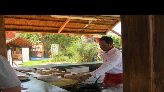 Kucharz, który robi makaron na obiad