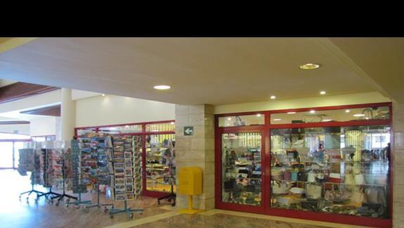 W lobby znajdują się sklepy  z pamiątkami