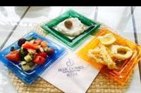 """Hotel Mitsis Blue Domes Exclusive Resort & Spa - Pyszne przekąski greckie z restauracji tematycznej typu """"snack bar"""" przy basenie w obiekcie Mitsis Blue Domes Exclusive Resort & Spa"""