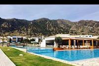 Hotel Mitsis Blue Domes Exclusive Resort & Spa - Teren basenowy z widokiem na góry w hotelu Mitsis Blue Domes  Exclusive Resort & Spa