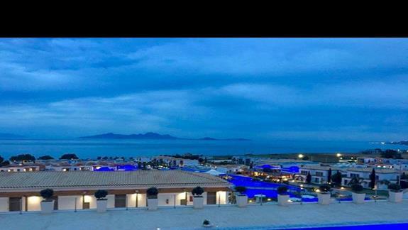 Podświetlane baseny nocą na terenie całego obiektu Mitsis Blue Domes Exclusive Resort & Spa