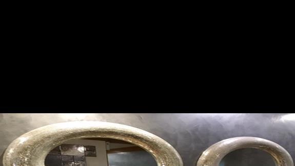Łazienka przy nocnym barze w hotelu Mitsis Blue Domes Exclusive Resort & Spa