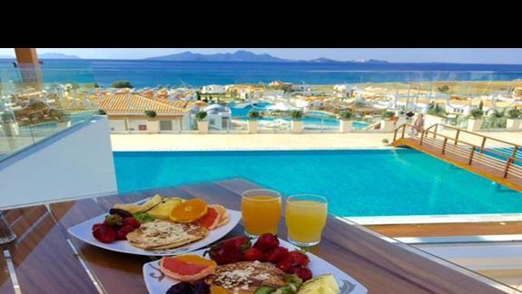Śniadanie z widokiem na piękną panoramę Morza Egejskiego Exclusive Resort & Spa