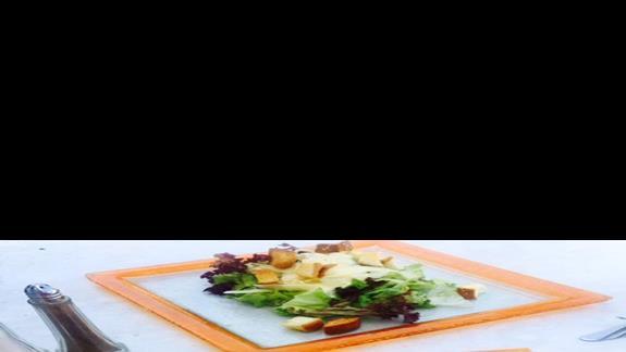 """Pyszne burgery z restauracji tematycznej typu """"snack bar"""" przy basenie w obiekcie Mitsis Blue Domes Exclusive Resort & Spa"""