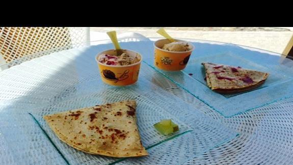Pyszne naleśniki oraz lody z restauracji tematycznej przy basenie w obiekcie Mitsis Blue Domes Exclusive Resort & Spa
