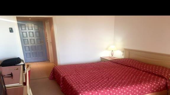 Wnętrze pokoju standardowego w bungalowie w obiekcie Mitsis Rodos Village