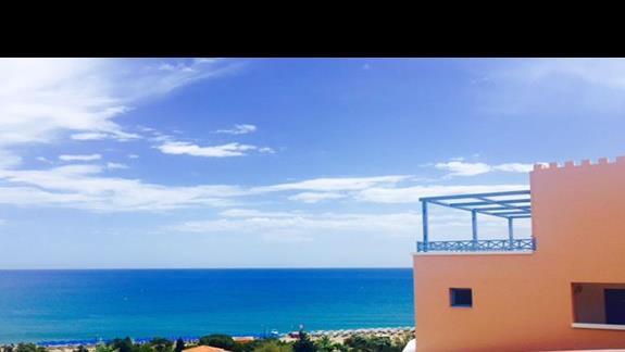 Teren  hotelowy w Mitsis Rodos Village z widokiem na Morze Egejskie
