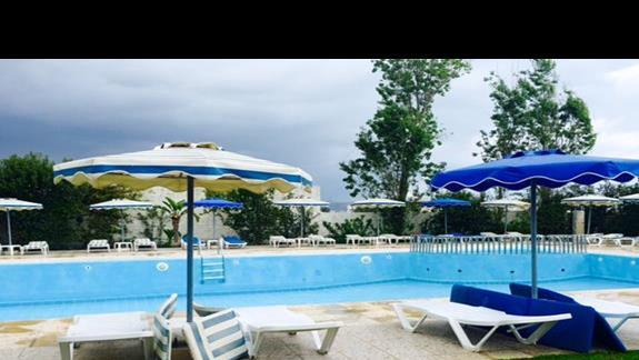 Teren basenu w hotelu Lymberia