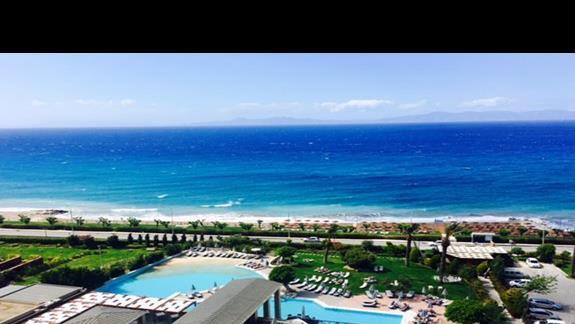 Teren basenu z widokiem na plażę  w hotelu Amathus Beach Rhodes