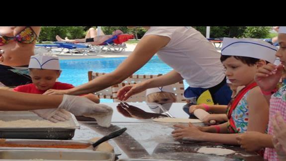 Mitsis Faliraki Beach - dzieci przyrządzające pizzę