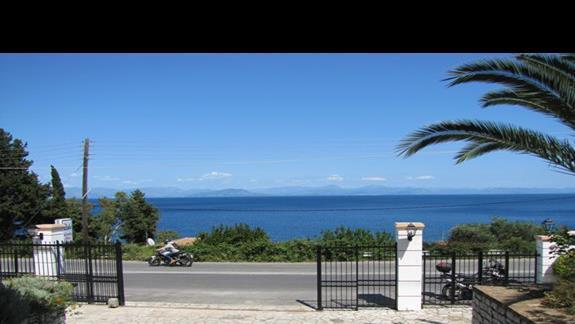 Widok na morze od wejscia do hotelu