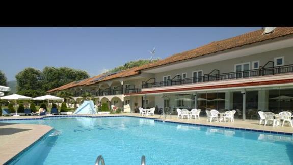 basen i budynek hotelu Afroditi