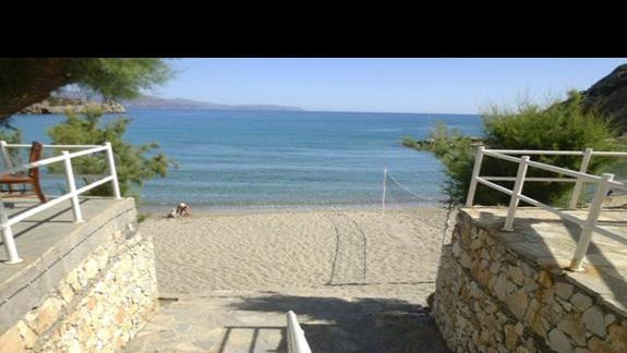 zejście na plażę przy hotelu Istron Bay