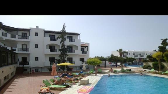 pokoje przy basenie w hotelu Club Lyda