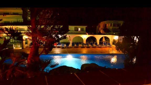 Widok nocą na pięknie podświetlony basen z balkonu w pokoju standardowym, hotel Simar
