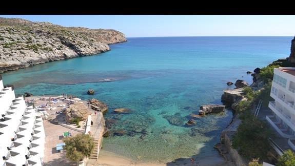 Widok z tarasu na zatokę z najbliższą piaszczysto-żwirową plażą, hotel Simar