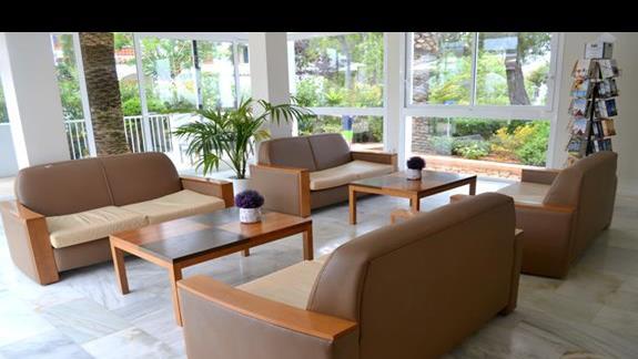 Miejsce do posiedzenia obok recepcji, hotel Calimera Es Talaial
