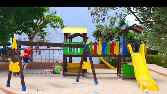 Plac zabaw w hotelu Calimera Es Talaial