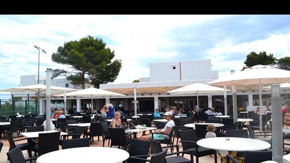 Restauracja na wolnym powietrzu w hotelu Calimera Es Talaial