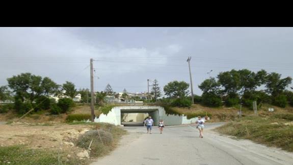 dojście do plaży z hotelu Rethymno Mare