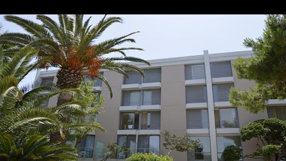 budynek główny  z zewnątrz w hotelu Caravia Beach & Bungalows