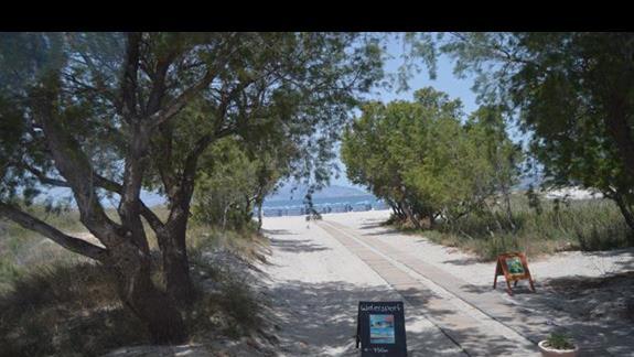 alejka prowadząca na plażę w hotelu Caravia Beach & Bungalows